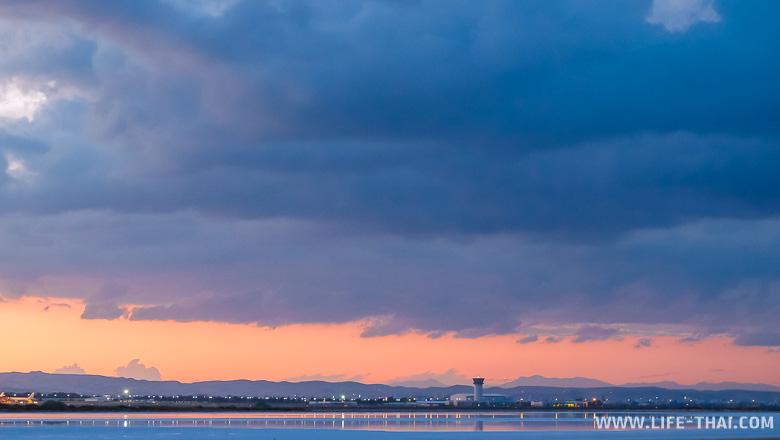 Аэропорт Ларнака Кипр на закате