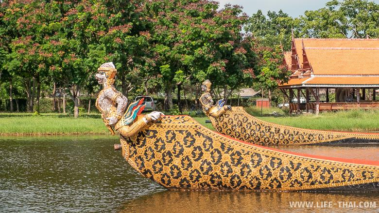 Копии лодок-длиннохвосток из королевской процессии