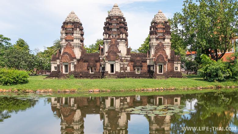 Копия пранга из Лопбури в парке Древний город в Бангкоке