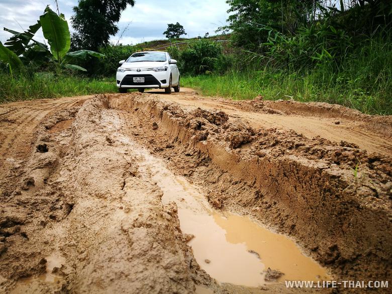 Размытая земляная дорога к деревне Mae Jam