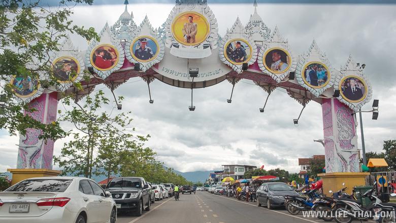 Большая парковка вдоль набережной в Пхаяо