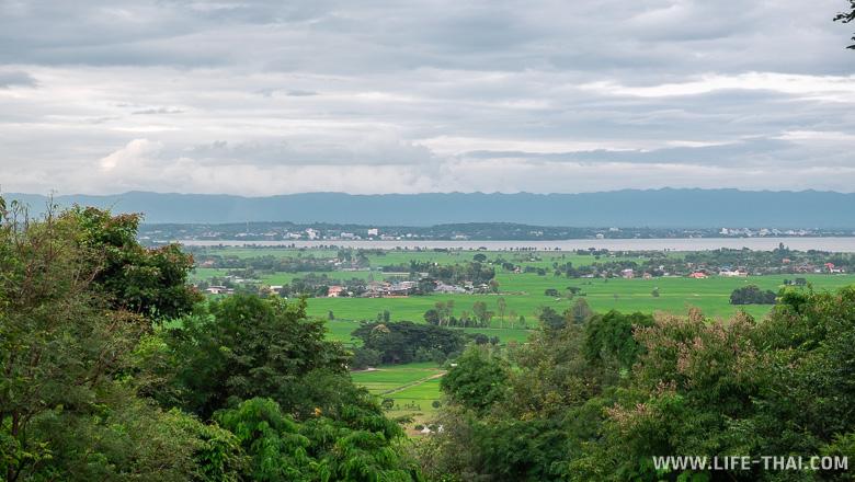 Вид на Пхаяо с заброшенного китайского храма