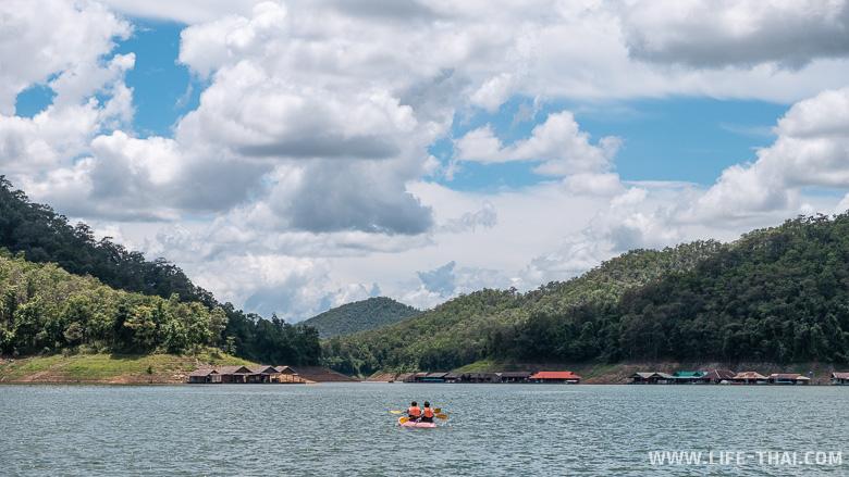 Каякинг на озере Один из плавучих домов на озере Mae Ngat