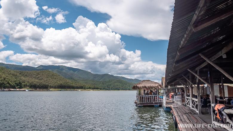 Один из плавучих домов на озере Mae Ngat