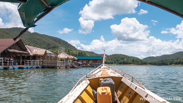 Плывём по озеру на лодке, север Таиланда
