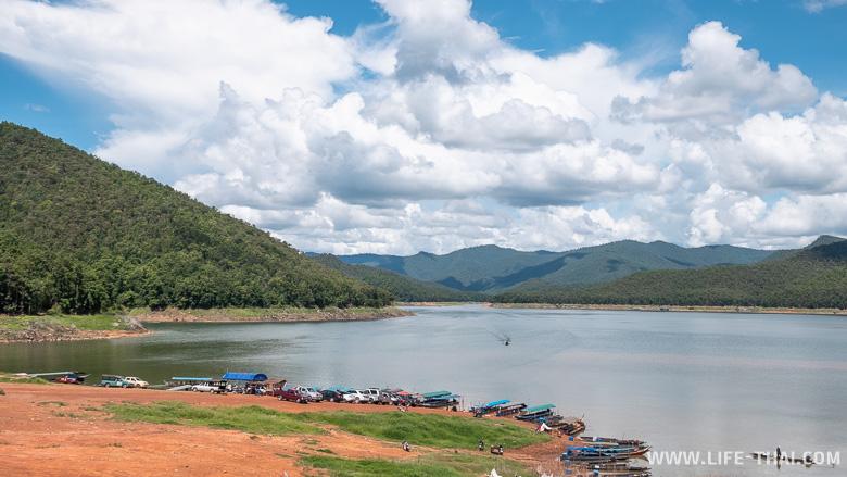 Пейзаж озера Mae Ngat Somboon Chon рядом с Чиангмаем