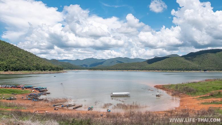 Озеро Mae Ngat Somboon Chon на севере Таиланда