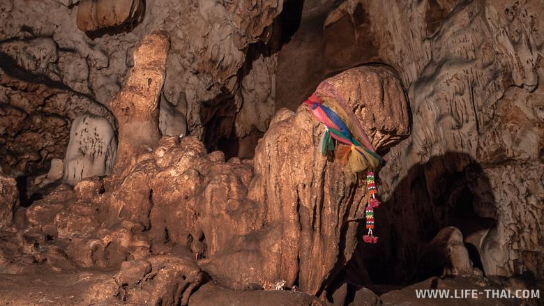 Священные сталагмиты в пещере Чианг Дао