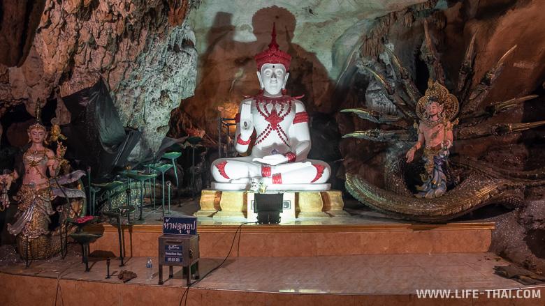 Статуя Будды в пещере Тхам Чианг Дао