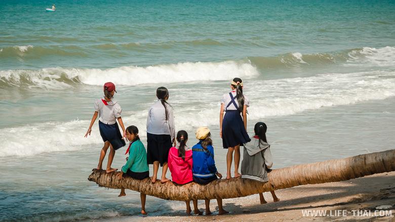 Вьетнамские школьницы на пляже в Муйне