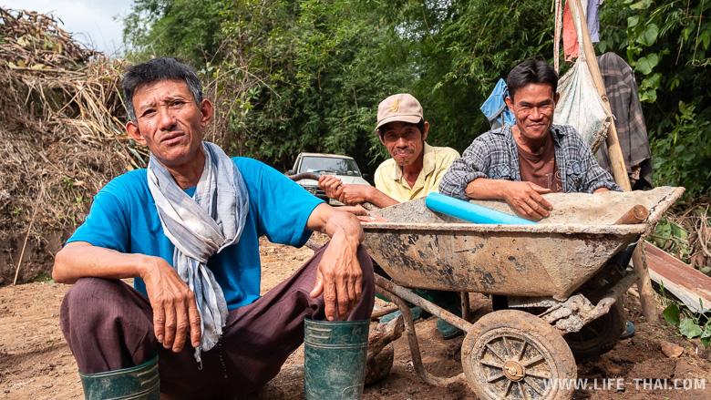Тайские работяги на рисовых полях