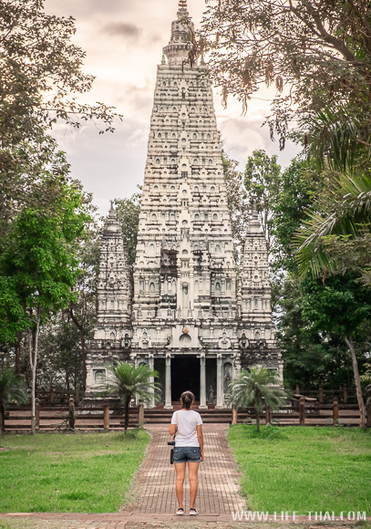 Я смотрю на храм в бирманском стиле. Таиланд