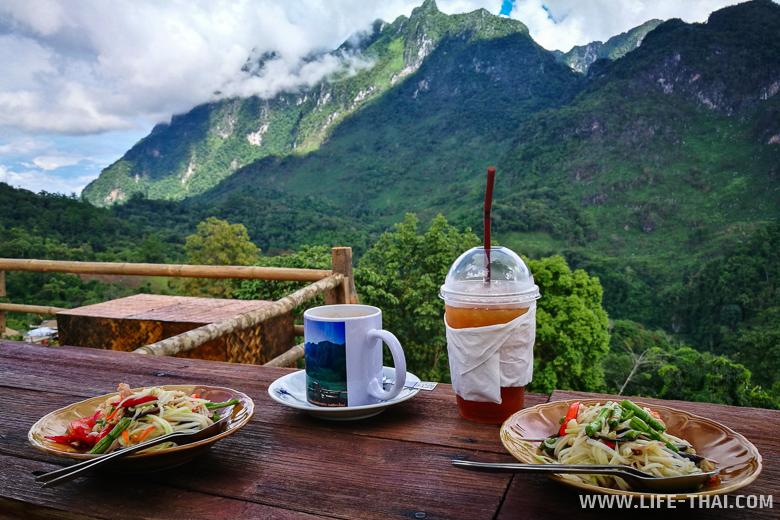 Сом там с видом на гору Дой Луанг Чианг Дао