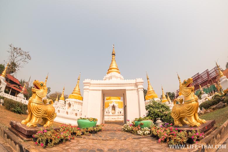 Храм в Лампанге, где много белых чеди