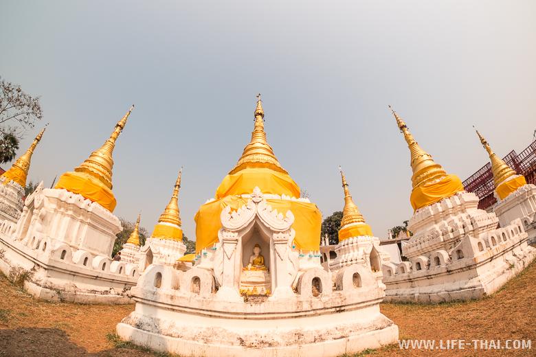 Храм в Лампанге с белыми башенками