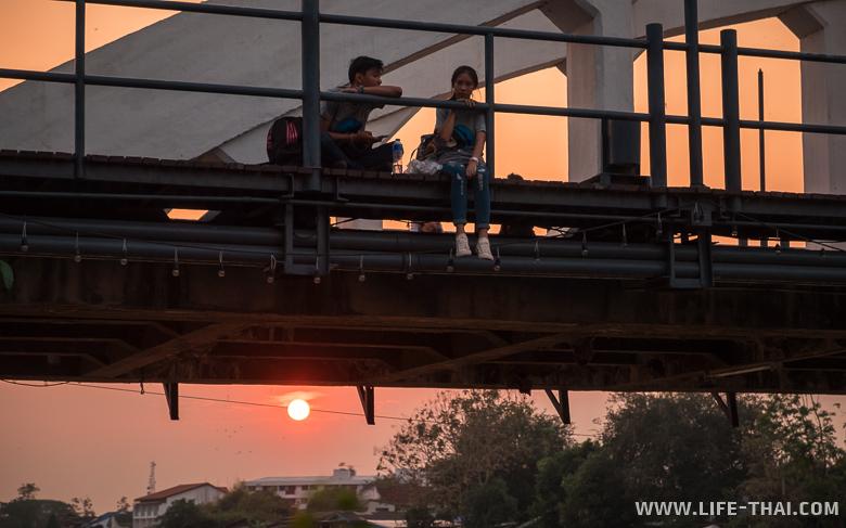 Мост Ратсада на закате - что посмотреть в Лампаге