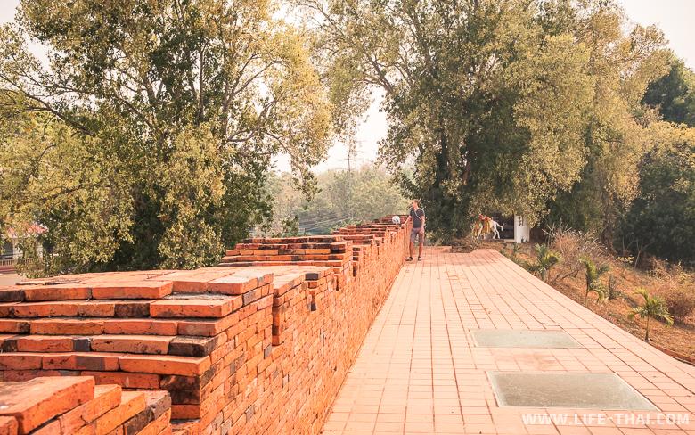 Стена в Лампанге - историческая достопримечательность