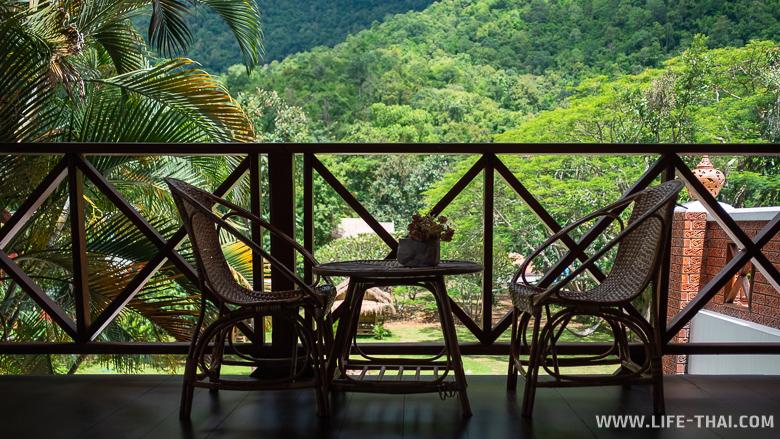 Кофейный столик и стулья на веранде