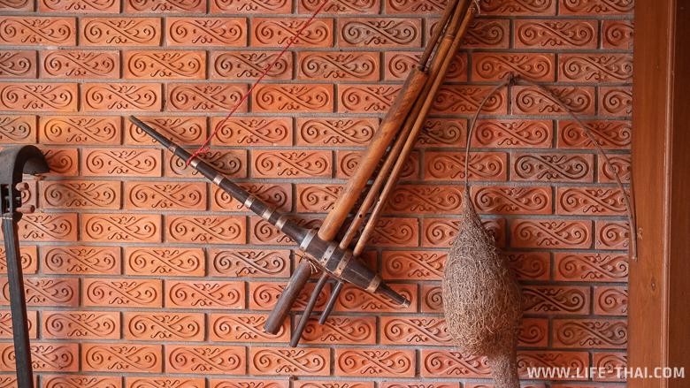 Тайские музыкальные инструменты на стене в коридоре