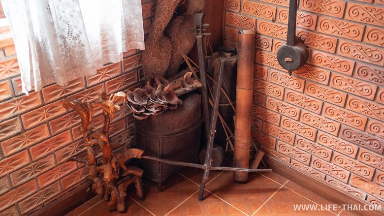 Инструменты и украшения в коридоре