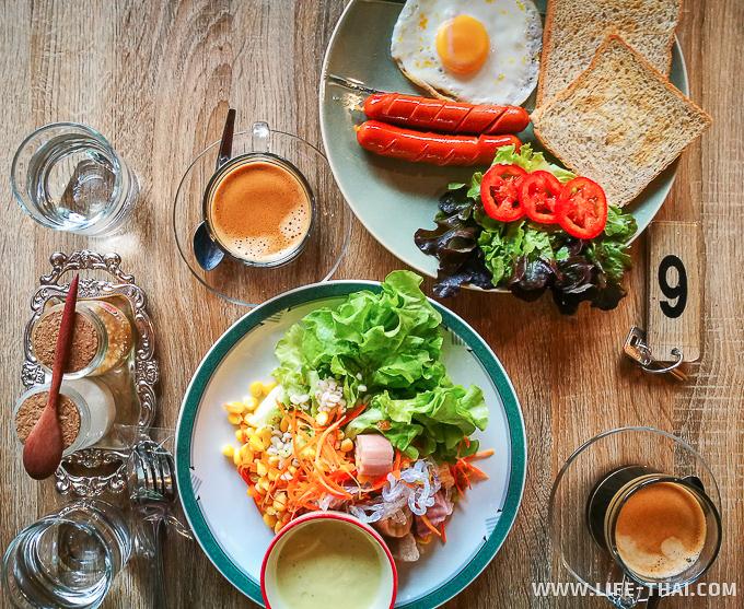 Завтрак в отеле в Лампанге