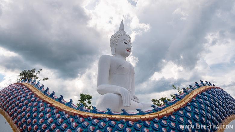 Сидящий Будда на фоне неба, Лампанг, Таиланд