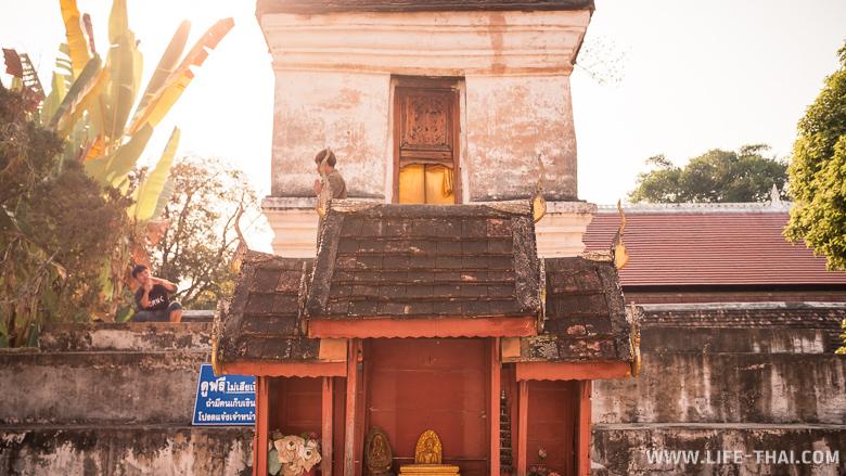 Здание с отпечатком ступни Будды и камерой обскура