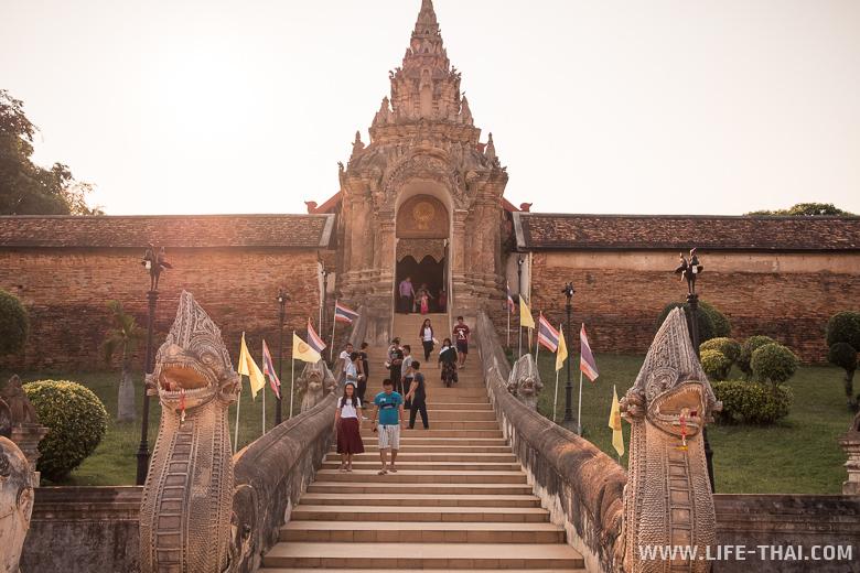 Главный вход в храм Wat Phra That Lampang Luang