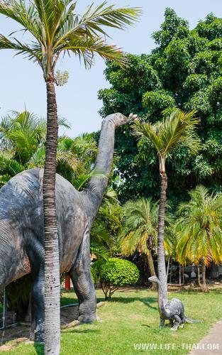 Главная достопримечательность рядом с Кхонкэном музей динозавров Пху Вианг