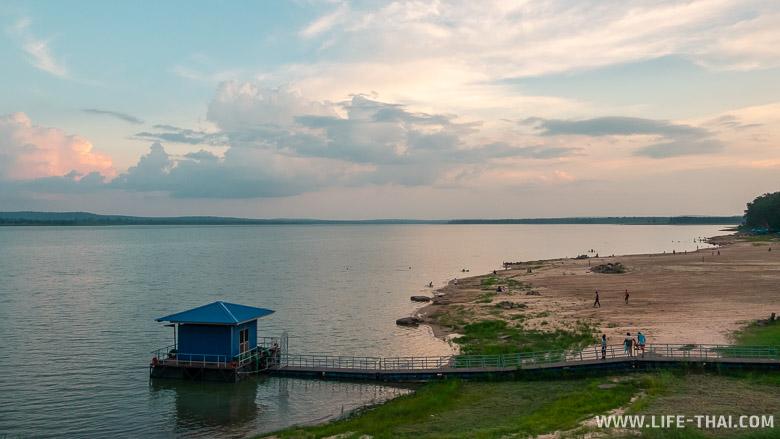 Водохранилище с пляжем в Бурираме