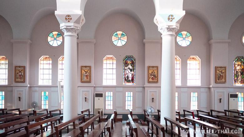 Католический храм изнутри в Ханое
