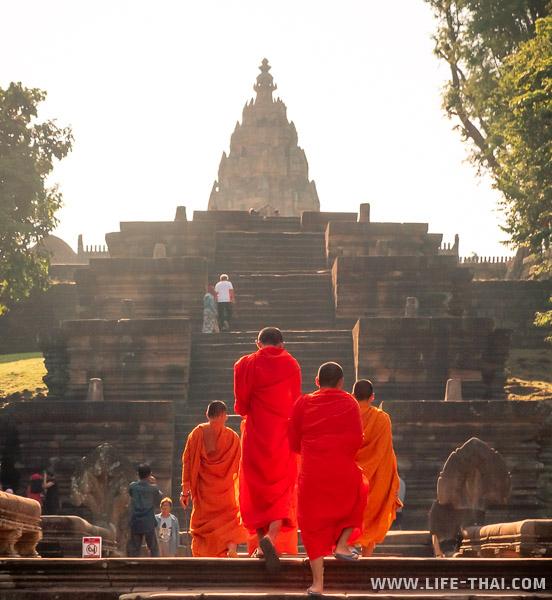 Монахи поднимаются в Prasat Phanom Rung
