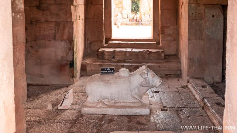 Скульптура коровы в храме в Бурираме