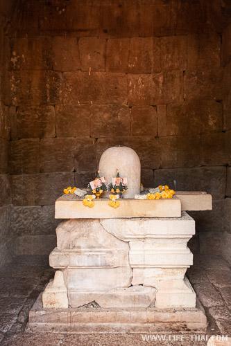 Лингам в главном святилище кхмерского храма в Са Кео