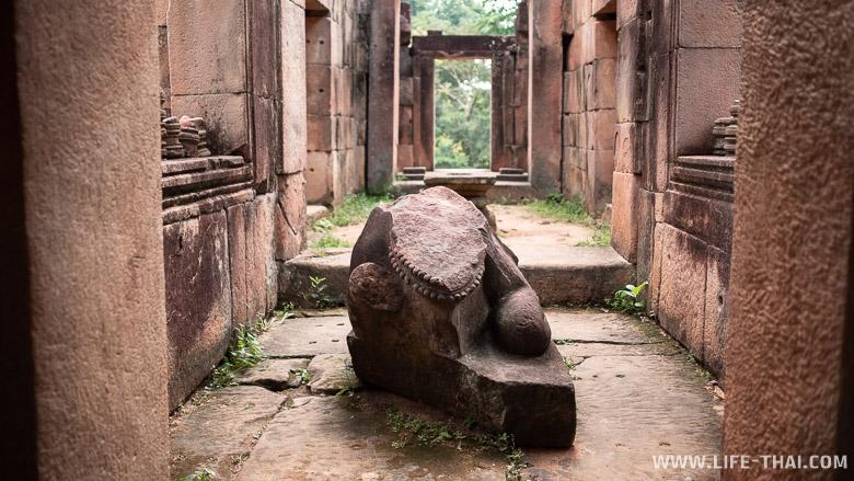 Каменные скульптуры в Prasat Ta Moan Thom, Таиланд