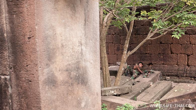 Кхмерский храм с солдатами в Таиланде