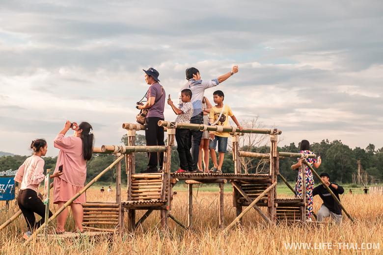 Тайцы делают селфи с Кинг Конгом