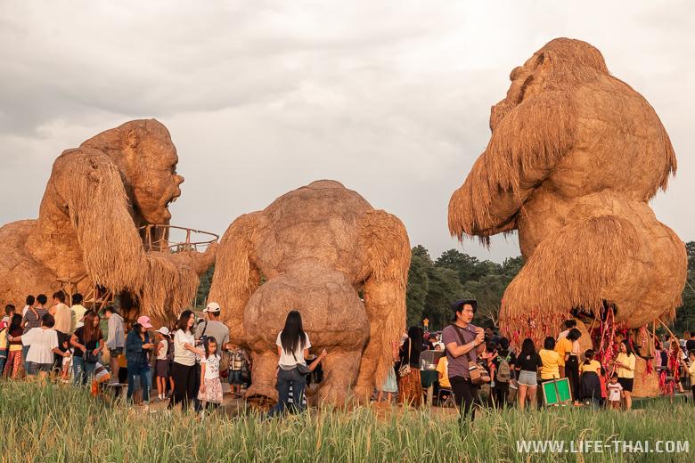 Три статуи Кинг-Конга на озере в Чиангмае