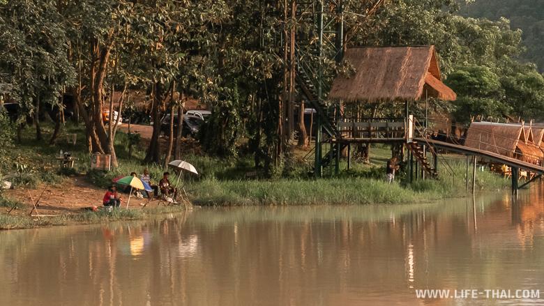 Рыбаки сидят на берегу в Чиангмае