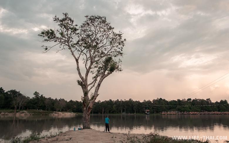 Рыбак на берегу озера в Чиангмае