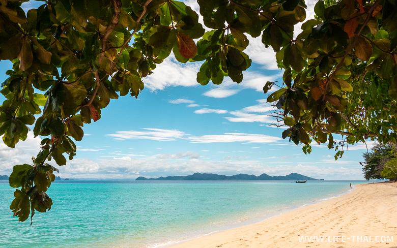 Главный пляж острова Крадан