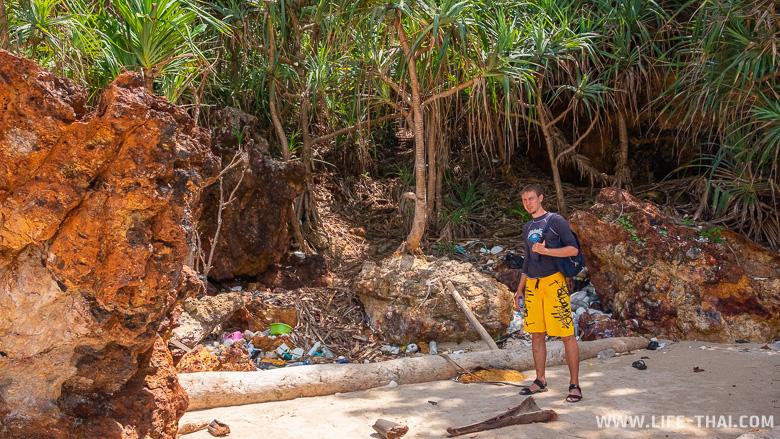 Пластиковый мусор на пляже ко Крадана