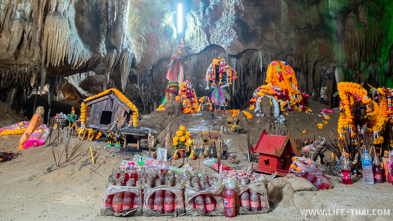 Подношения духам в пещере Tham Le Khao Kob