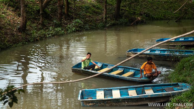 Лодки, на которых возят в пещеру Tham Le Khao Kob cave
