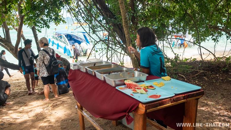 Обед во время экскурсии на острова Хонг