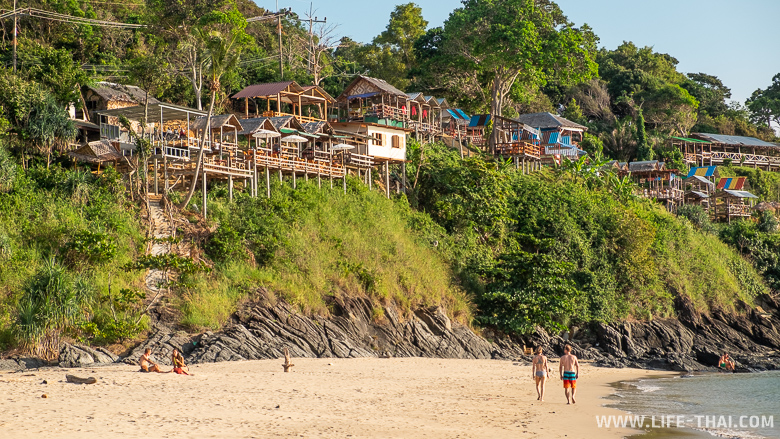 Кафешки с видом на закат над пляжем Bakantiang на ко Ланте