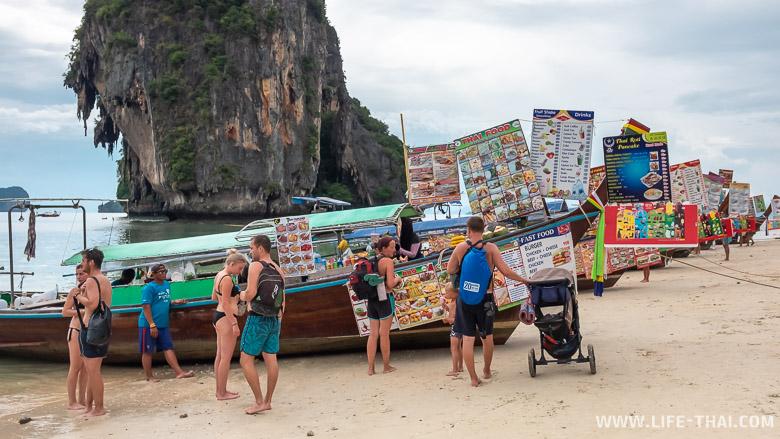 Лодки на пляже Прананг бич в Краби