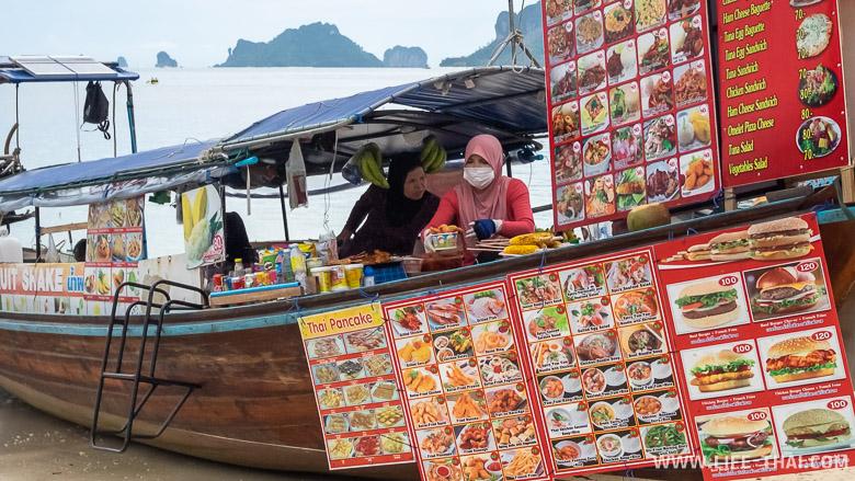 Лодки с едой на пляже Прананг бич в Краби