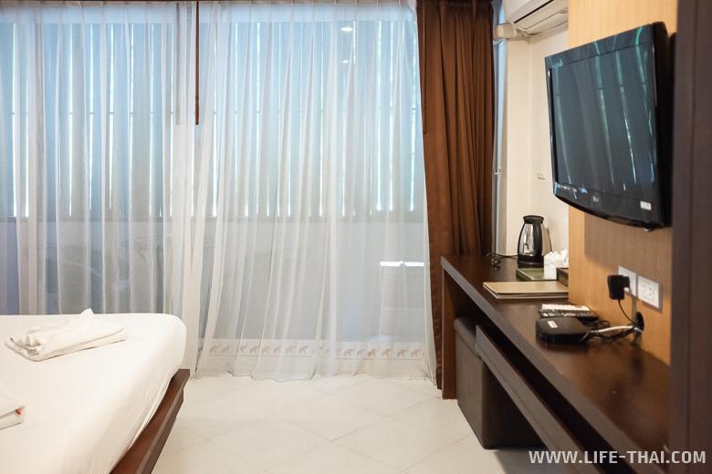 Кровать в недорогом хорошем отеле в Ао Нанге