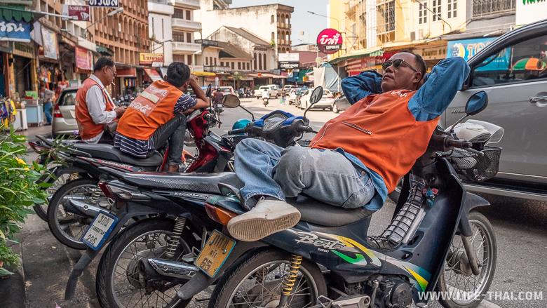 Таксист в Транге спит на мотобайке